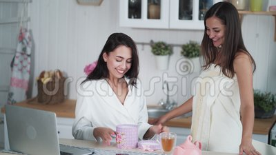 A garota dá o presente de sua amiga pela manhã, a mulher feliz e tem emoções positivas video estoque