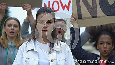 Garota triste mostrando o slogan Votar pela mudança, comício da campanha presidencial, democracia video estoque