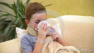 Garoto doente na cama com uma xícara de chá quente filme