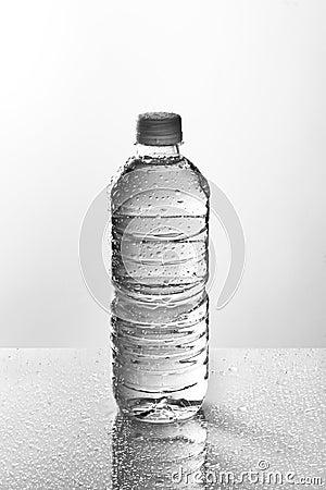 Garrafa de água molhada