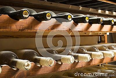 Garrafas de vinho na prateleira