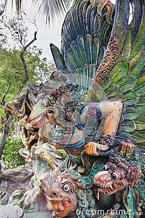 Garuda Statue en plan rapproché de villa de pair de baie d aubépine Photo stock éditorial