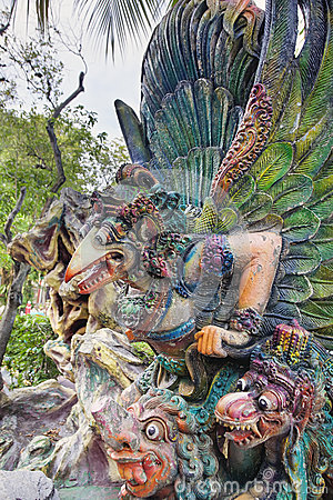 Garuda Statue no close up da casa de campo da paridade do espinho Foto de Stock Editorial