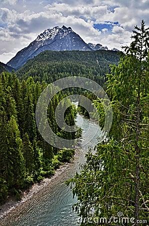 Gasthaus der Schweizer Alpen-, Scuol-Fluss
