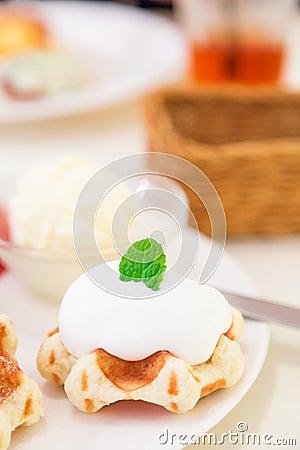 Gaufre belge avec la crème fouettée