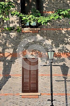 Gealtertes externes Fenster der Architektur und Straßenlampe