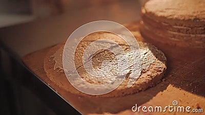 Gebäck schmiert die Kuchen mit Sahne Macht eine Füllung für das Backen der Prozess des Kochens von Festlichkeiten stock video footage