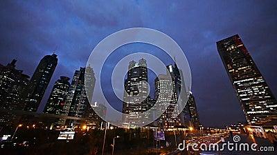 Gebäude u. Verkehr Shnaghai Pudong nachts, Fußgänger, der auf Überführung geht stock footage