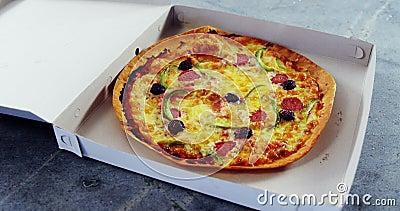 Gebakken pizza met olijf en pepperonibovenste laagjes stock videobeelden