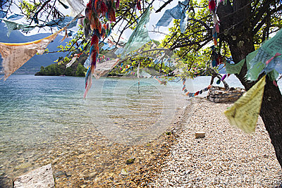 Gebets-Flaggen neben Turquoise See