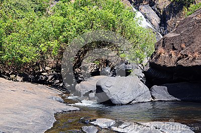 Gebirgsfluss und Wasserfall