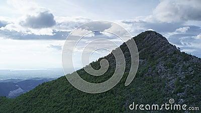 Gebirgsspitze mit bewölktem Himmel stock video footage