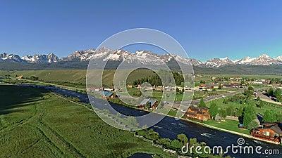 Gebirgszug über einem kleinen hohen Bergdorf in Idaho hinaus stock video
