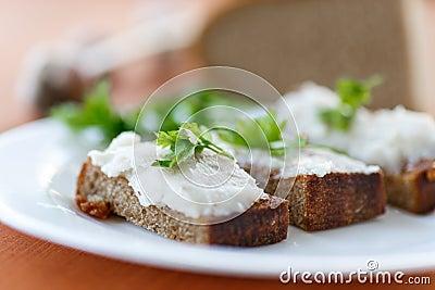 Gebratener Toast mit Speck
