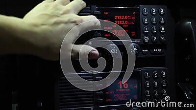 Gebrauch Marine-GMDSS-Funkgeräts stock footage