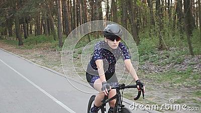 Geconcentreerde profietser vrouwelijke berijdende fiets in het park Het concept van de opleiding cycling stock footage