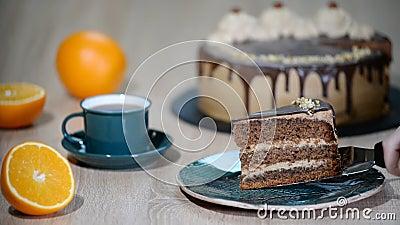 Gedeelte van de Cake met Chocolate Glaze en oranje op de plaat stock video
