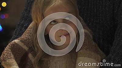 Geeft de ouder verpakkende dochter in deken, warmte en comfort aan kind bij Kerstmis stock videobeelden