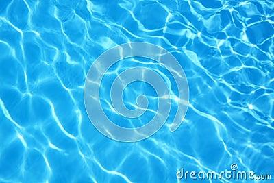Gegolft patroon van schoon water in blauw zwembad