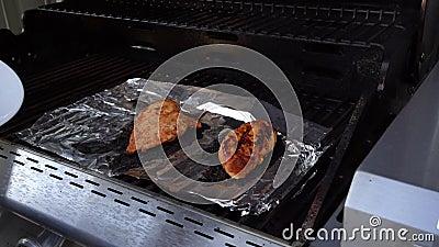 Gegrilltes Huhn, das weg Grill u. auf eine Platte kommt stock footage