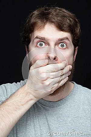 Geheim concept - mens die door roddelnieuws wordt verbaasd