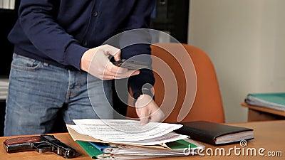 Geheimagent, Spion, mit einem Gewehr im Büro, das nach Informationen, Dateien, Dokumente sucht stock footage
