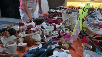 Geinteresseerde kopers die de schoenen van vrouwen op straat het winkelen box, lokale markt kiezen stock footage