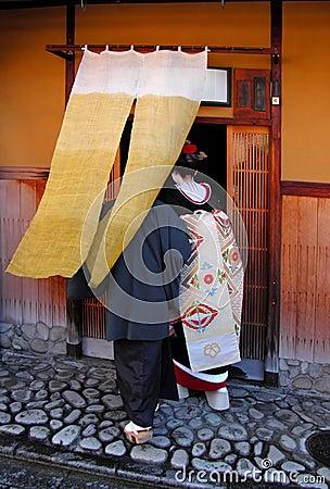 Geisha die in een theehuis binnengaat