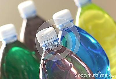 Gekleurde dranken - plastic flessen