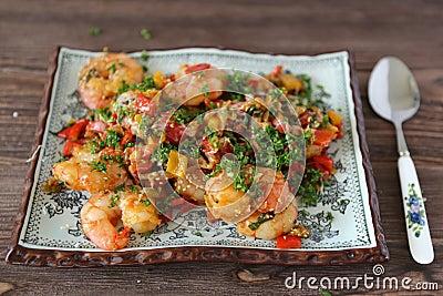 Gekookte garnalen en groenten