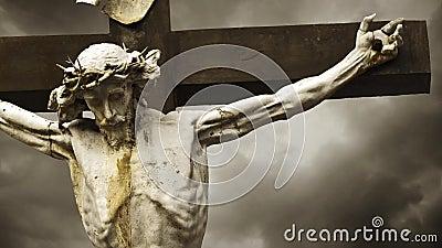 Gekruisigd Jesus Christ. De Kruisiging. Christelijk kruis met Jesus Christ-standbeeld over de stormachtige tijdspanne van de wolke stock video