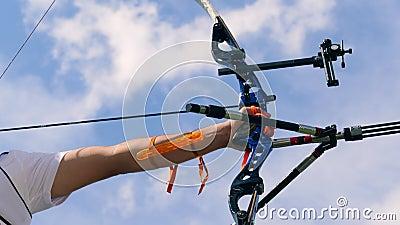Geladen samenstellingsboog met het getrokken koord in mannelijke handen Het schieten met een boog en pijlen stock videobeelden