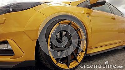 Gelb-orangees Auto des Sports im Parkplatz, flache Reifen Dragracingauto, treibendes Auto Hinterradb?gen 07 05 stock video footage