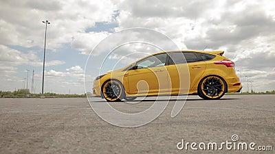 Gelb-orangees Auto des Sports im Parkplatz, flache Reifen Dragracingauto, treibendes Auto 07 05 Ukraine 2019 Lemberg stock video footage