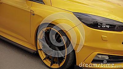 Gelb-orangees Auto des Sports im Parkplatz, flache Reifen Dragracingauto, treibendes Auto 07 05 Ukraine 2019 Lemberg stock footage