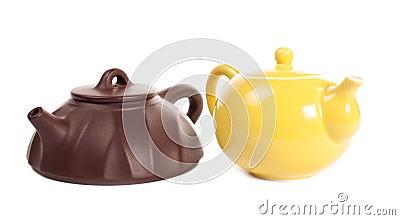 Gelbe Porzellanteekanne und yixing Lehmteekanne