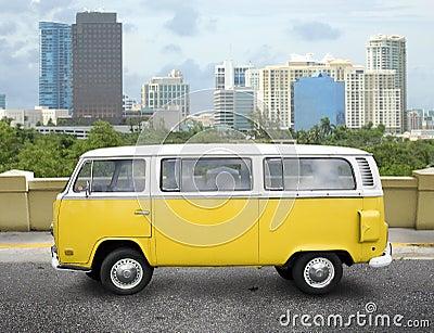 Gelber Packwagen der Weinlese