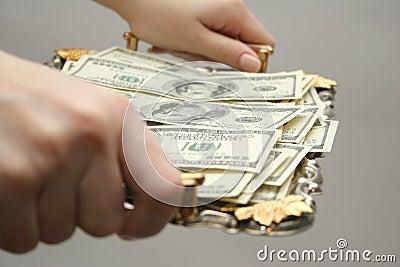 Geld aan een dienblad