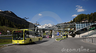 Gele bus in St. Anton Redactionele Stock Foto
