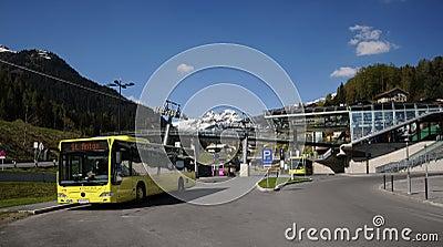 Gele bus in St. Anton Redactionele Stock Foto