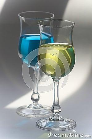 Gele en blauwe dranken in glazen
