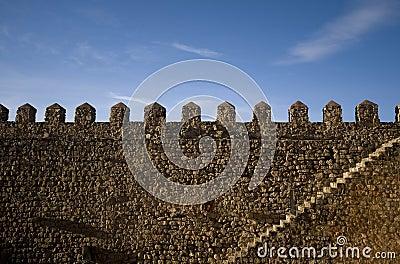 Geländerweg einer Festung. Treppenhaus und merlons.