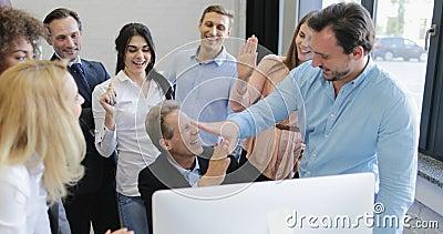 Gelukkig bedrijfsmensenteam die succesvol project bespreken, glimlachend werkgever die hoogte vijf geven aan collega's stock footage