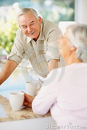 Gelukkig bejaard paar dat van koffie geniet bij lijst