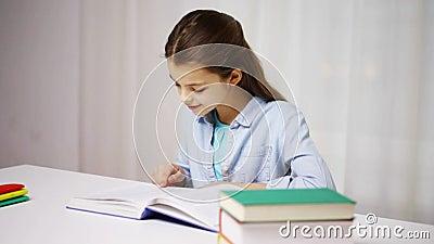 Gelukkig de lezingsboek of handboek van het schoolmeisje thuis stock video