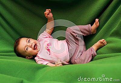 Gelukkig glimlachend kind op deken