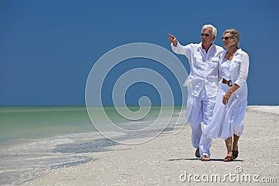 Gelukkig Hoger Paar dat aan Overzees op Strand richt