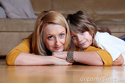 Gelukkig jong mamma dat op vloer met haar zoon ligt