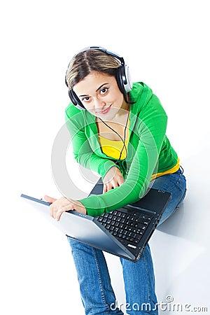 Gelukkig meisje die aan muziek luisteren