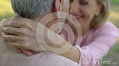Gelukkig oud paar die, comfortabele pensionering, veilige oude dag omhelzen stock videobeelden